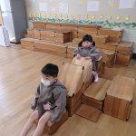 遊戯室で積み木遊び