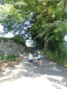 普通の坂道も楽しい遊び場